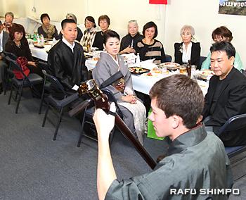 アトキンズ直樹さん(中央手前)の津軽三味線の演奏