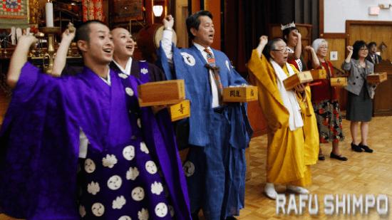 Koyasan Buddhist Temple members throw soybeans for Setsubun. (MARIO G. REYES/Rafu Shimpo)
