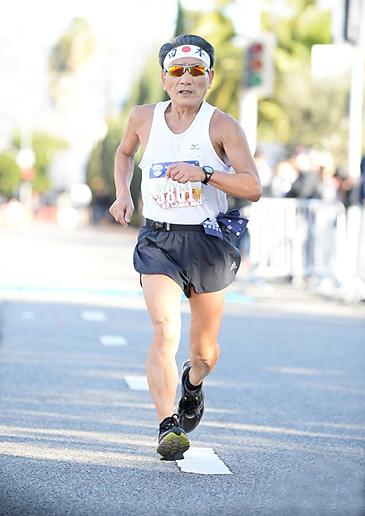 今年1月にロサンゼルスで開かれたハーフマラソンで力走する小形さん