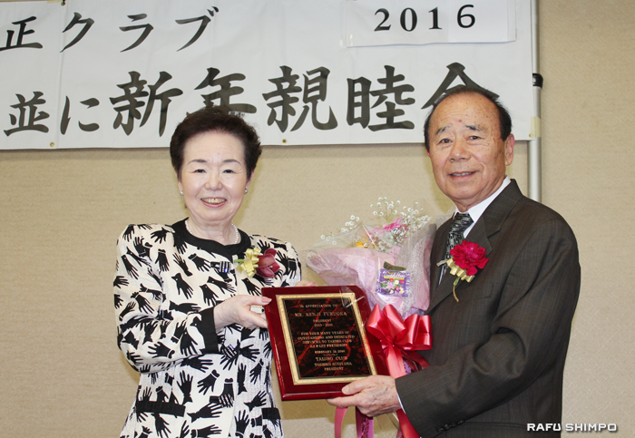 前会長の福岡健二氏(右)に感謝の盾を贈呈する杉山会長