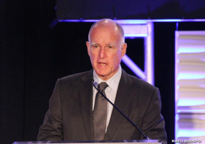 加州のブラウン知事(写真)が提案した加州の最低賃金の引き上げ案で、2022年1月までに15ドルまで引き上げることで議会と労働組合が合意に至った