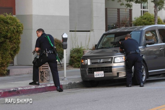 LAPD officers in front of The Savoy with weapons drawn. (JUN NAGATA/Rafu Shimpo)
