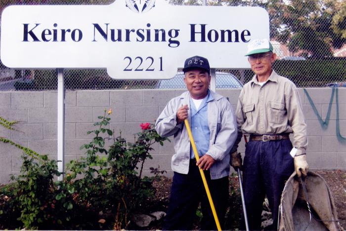 リンカンハイツの敬老看護ホームでの作業中、看板前で記念に一枚。2008年5月11日撮影。(写真=南加庭園業連盟提供)