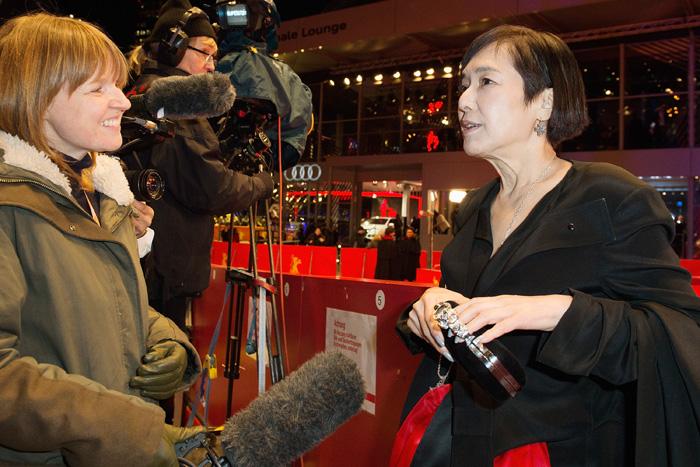 ベルリン国際映画祭の会場で海外メディアからの取材に応じる桃井かおり(右)(よしもとクリエイティブ・エージェンシー提供)