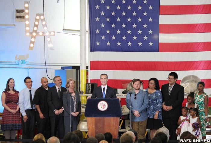 施政方針演説で雇用創出に向けた取り組みを一層強化すると語ったガーセッティー市長(中央)と、今年ロサンゼルス市に採用された市民