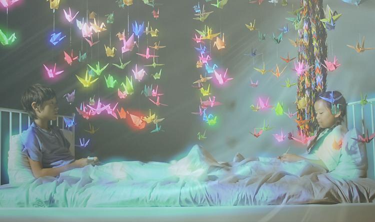 夢の中で禎子さん(右)と出会い、鶴を一緒に折るさとし