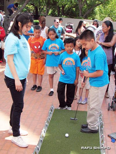 Games included miniature golf. (J.K. YAMAMOTO/Rafu Shimpo)