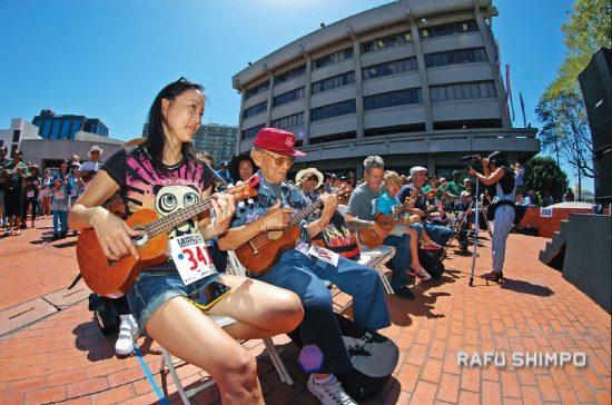 Performers in the JACCC Plaza at last year's Ukulele Expo. (MIKEY HIRANO CULROSS/Rafu Shimpo)