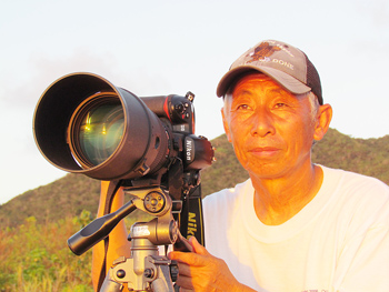沖縄の有人、無人の50島を巡り作品作りに励む大塚さん