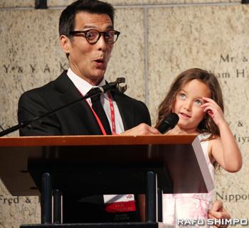 プレゼンターを務めたABCチャンネル7「Eyewitness News」のアンカーのデイビッド・オノ氏(左)と娘のカイア・オノさん
