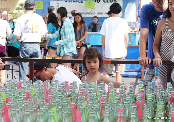 夏祭りでゲームに興じる女の子