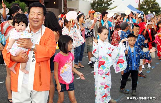 The Bon Odori is enjoyed by all ages. (MARIO G. REYES/Rafu Shimpo)