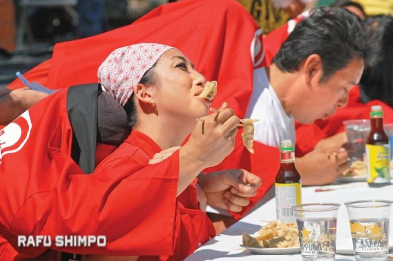 Ayako Shimizu struggles to get a grip on her lunch, as she is fed by ninin-baori partner Shuichi Yanagidaiwa.