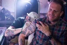 Ramiroquai tatuándose