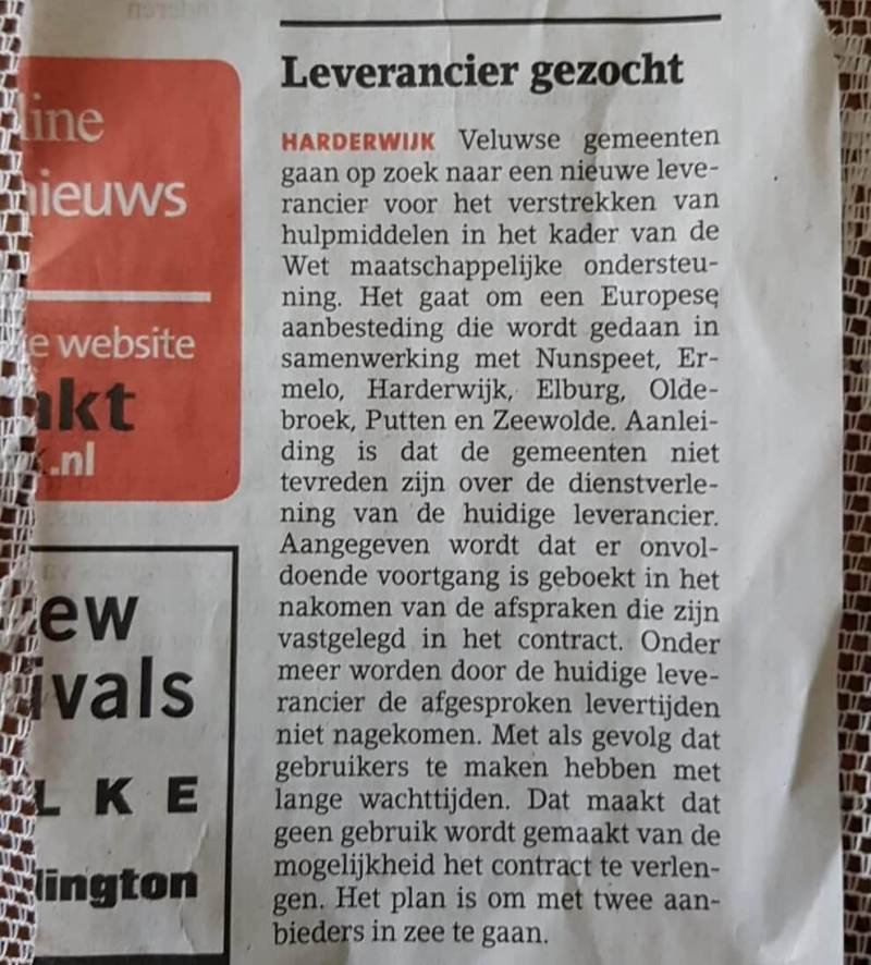 Het krantenartikel uit de plaatselijke krant Het Kontakt Harderwijk waarin staat uitgelegd dat er een conflict is tussen de hulpmiddelenleverancier en een aantal samenwerkende gemeentes