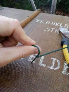 stap 7 van stoofs moestuin steuntjes is het ombuigen van de bovenste dwarse stukjes in de gewenste vorm om het plantje te steunen