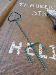 stap 8 van stoofs moestuin steuntje is het eindresultaat dat in de grond naast het plantje geprikt wordt