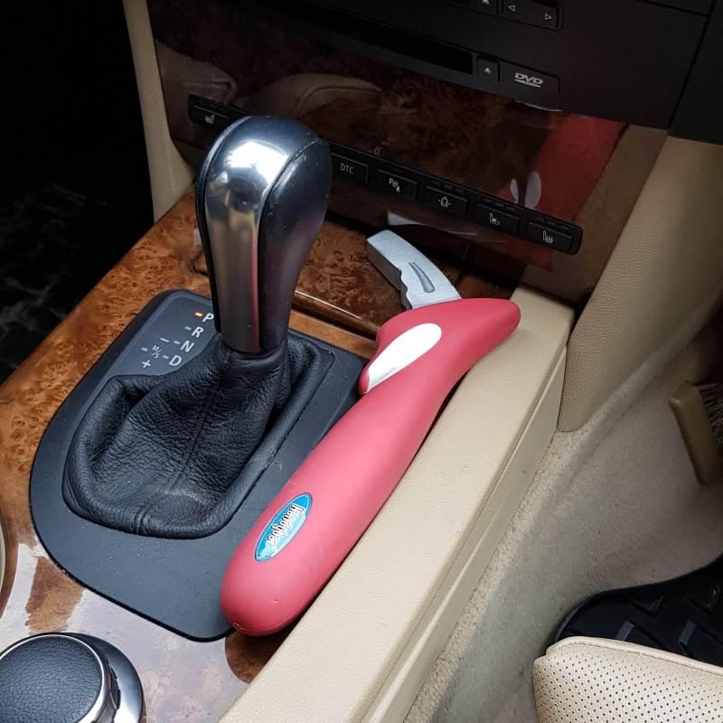 De handybar is een lifehammer en hulpmiddel bij het instappen en uitstappen van een auto maar ligt los