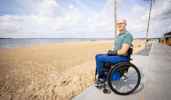 Stefan Verkerk maakte deze foto van Ralph Stoove in zijn rolstoel aan het strandeiland van Harderwijk