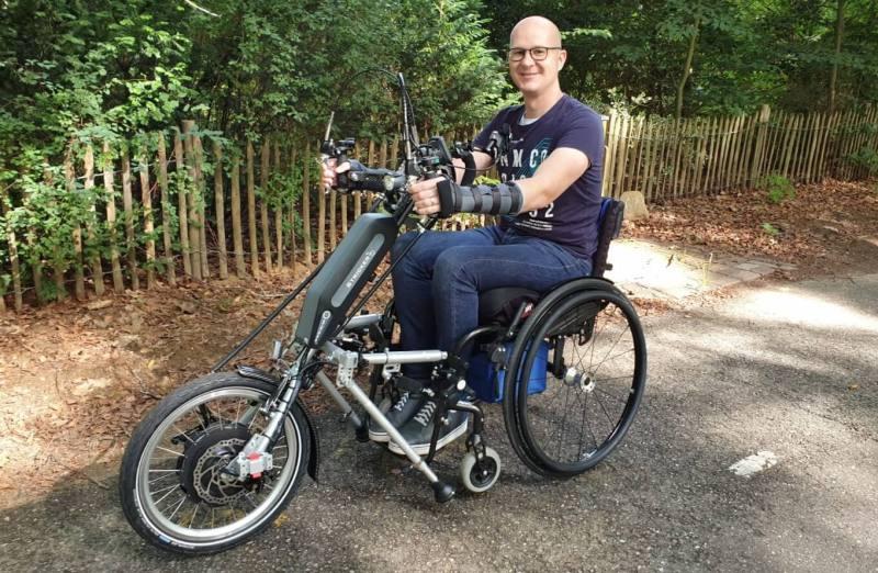 foto van Ralph Stoove in rolstoel met handbike