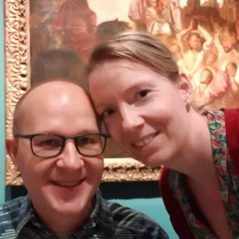 Foto van Marjolein en Ralph Stoove voor een schilderij van Rembrandt van Rijn in Museum De Lakenhal in Leiden