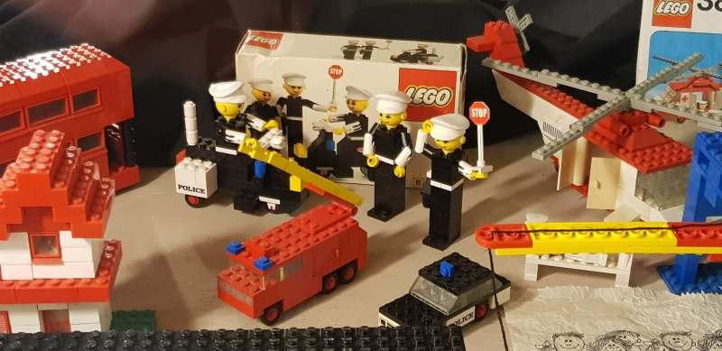 Collectie historische Lego in Oude Ambachten & Speelgoed Museum met autootjes en grote lego-poppetjes