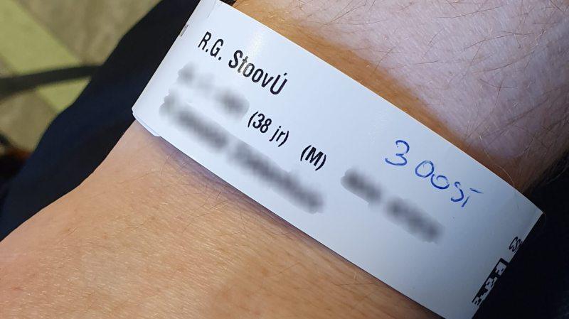 Polsbandje voor de operatie in het ziekenhuis met fout geschreven achternaam