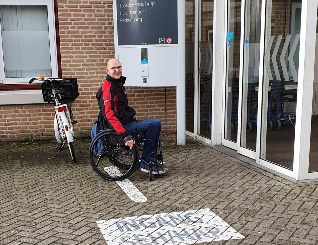 Vanwege de open wond met infectie bezocht RaGaSto in zijn rolstoel de huisartsenpost van het ziekenhuis