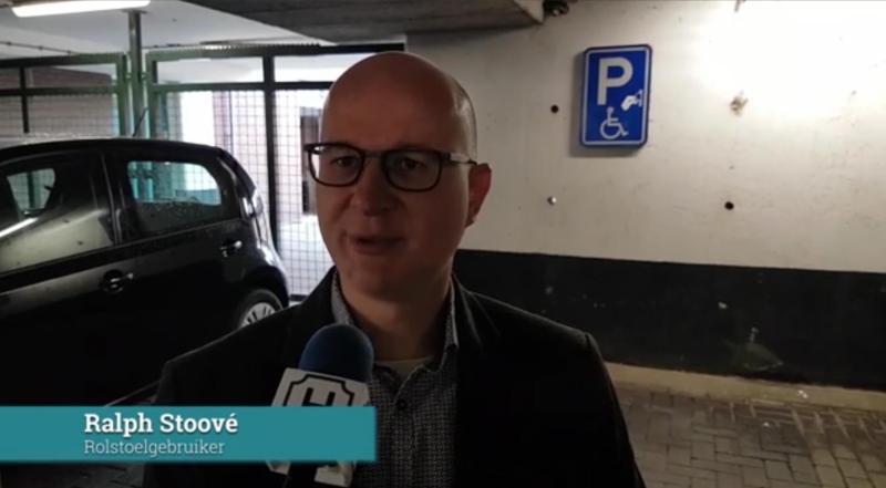 Ralph Stoové legt uit welke hindernissen hij met zijn rolstoel tegenkomt in Harderwijk
