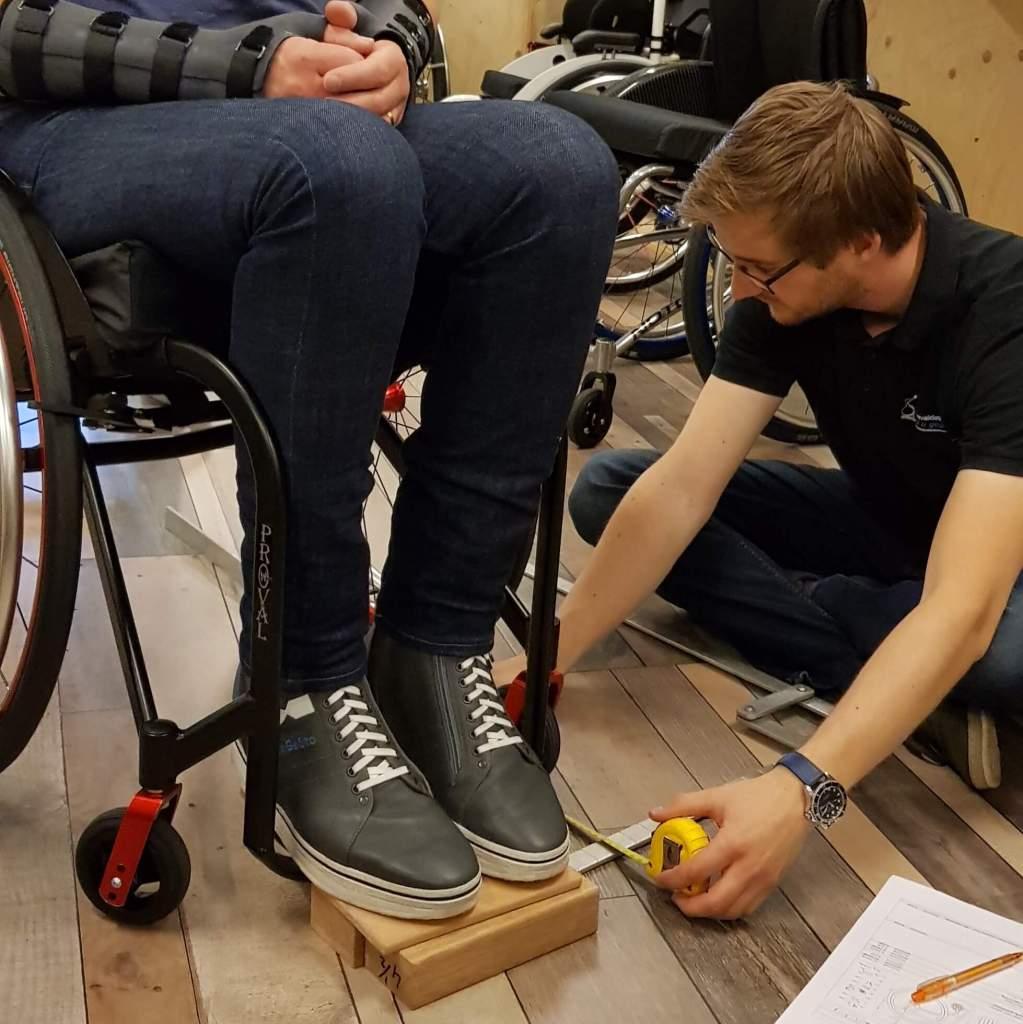 Bij het opmeten van de maatwerk rolstoel van TNS is aandacht voor de extra beenlengte vanwege mijn orthopedische schoenen