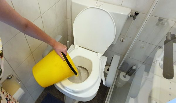 Emmer met afwaswater wordt gebruikt om het toilet door te spoelen ipv doortrekken met schoon drinkwater