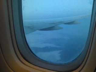 Première vision de la Chine, des montagnes déchiquetant les nuages