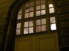 À travers la fenêtre, vous pouvez voir une fresque du parc