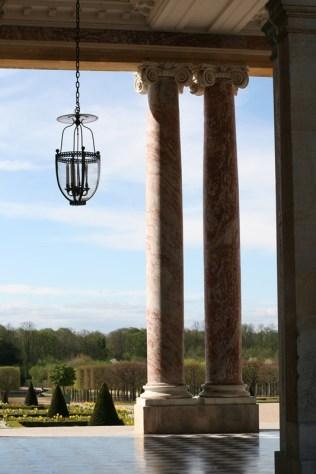 Péristyle du Grand Trianon, perspective vers le jardin à la française