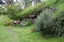 La petite table pour manger dans le jardin