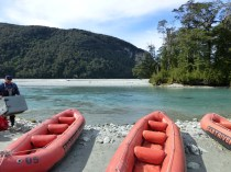 Sur la Dart River, les canoës sont préparés