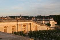 Au loin la Cathédrale royale Saint-Louis