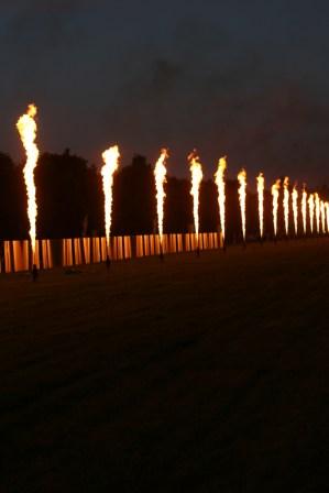 Pyrotechnie sur la Grande Perspective se reflétant sur l'exposition Lee Ufan