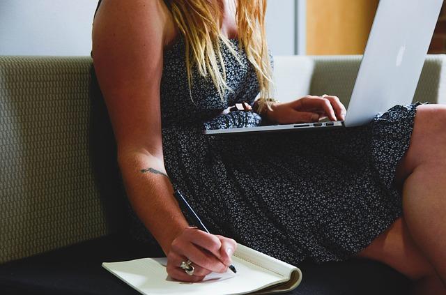 Yrittäjyys, kuvassa nainen tekemässä töitä