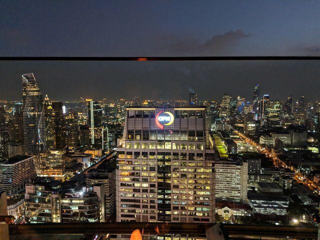 Bangkokissa Sky Baarissa yöllä
