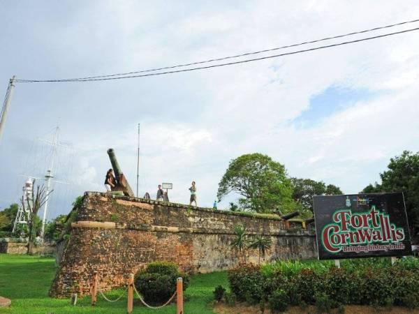 Fort Cornwallis yang terletak dekat Padang Kota Lama ialah peninggalan bersejarah yang dibina pada 1786 oleh Francis Light.
