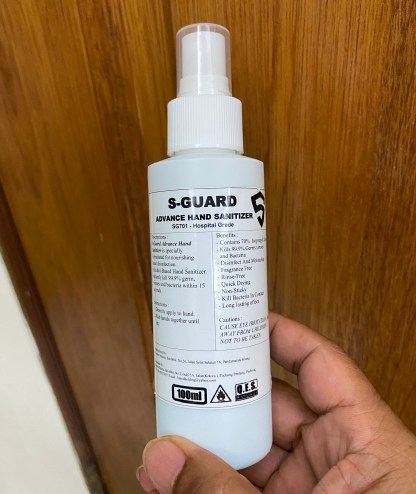 Hand sanitizer digunakan bagi membersih tangan di musim wabak coronavirus Covid-19