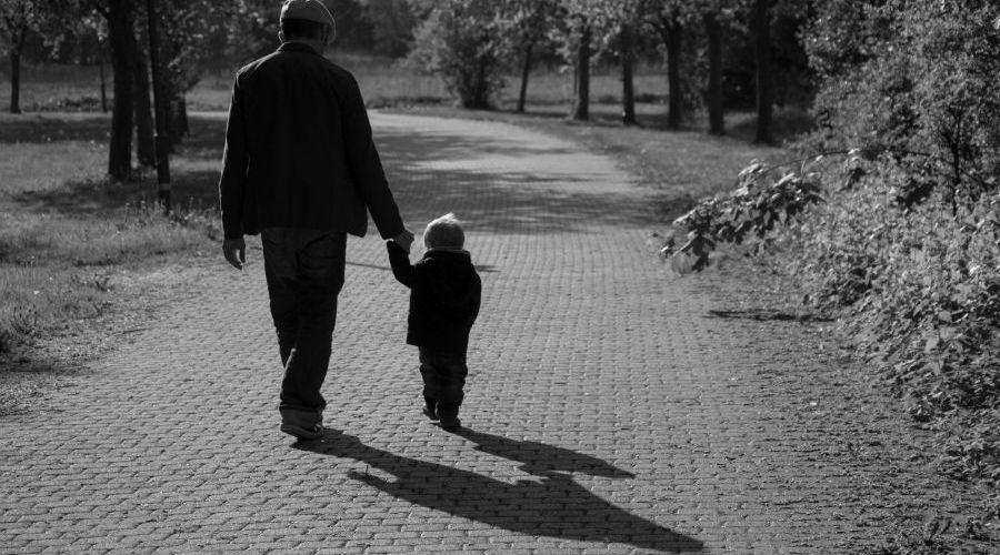 Vater und Sohn am Muttertag