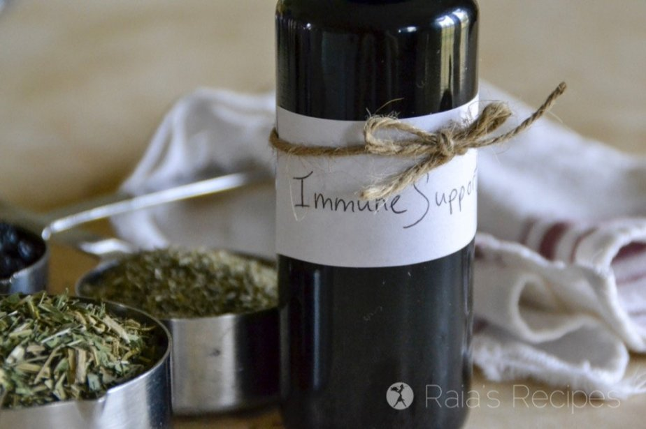 Never made a tincture before? This Easy Immune Support Tincture is a great place to start! And your immune system will thank you... | RaiasRecipes.com