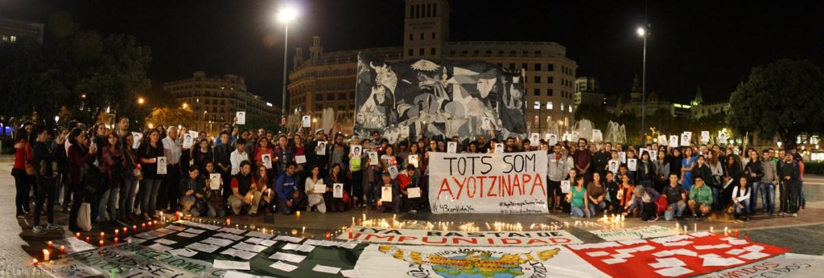 Concentración en apoyo a los estudiantes y familiares de Ayotzinapa en la Plaça Catalunya de Barcelona. Foto: Lola Zavala