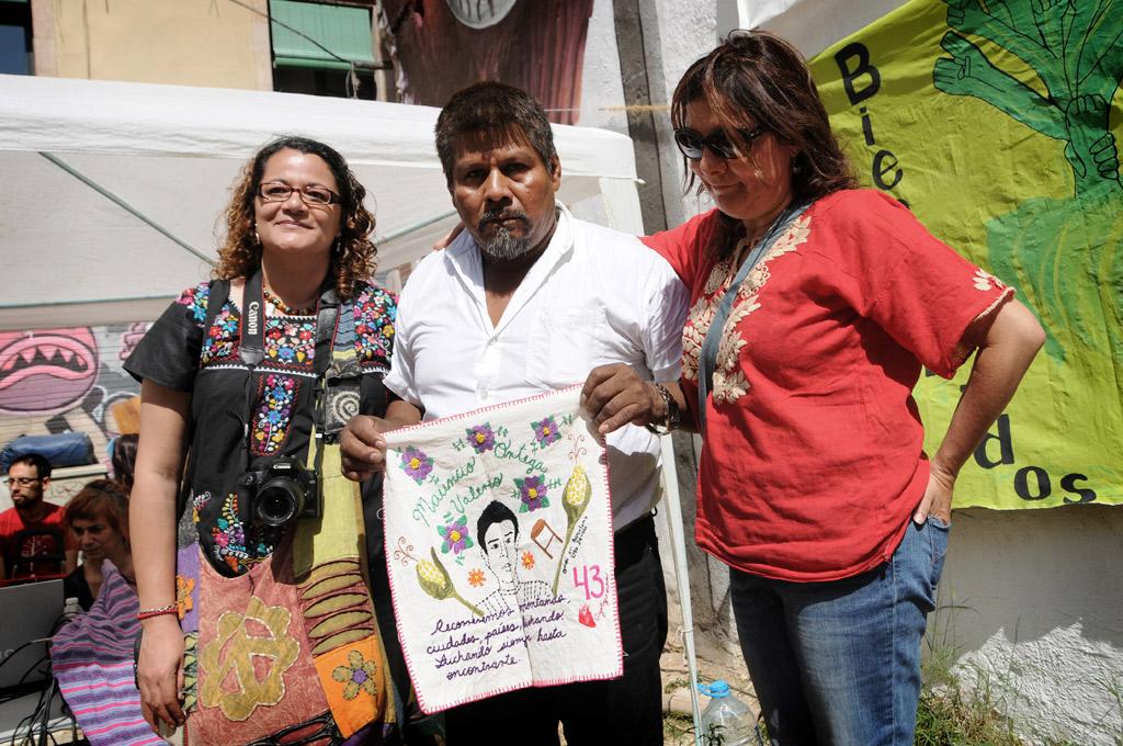 Lola Zavala y Ascen Capel entregan el bordado de Mauricio a su padre, Eleucadio Ortega. Foto: Pedro Mata