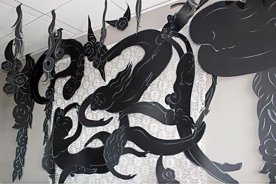 """""""Una Rosa en Harlem"""""""", la pieza de la que la exhibición toma el título, presenta siluetas blancas sobre papel negro, cortadas y entretejidas con encaje. Esta pieza está inspirada en la mujeres del Renacimiento de Harlem (1920's), incluyendo las escritoras Zora Neale Hurston y Dorothy West, y las pintoras Augusta Savage y Lois Mailou Jones."""