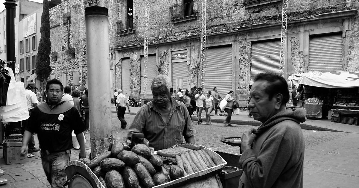 Vendedor de camotes y plátanos machos asados. Foto: Orlando Zamudio Partida