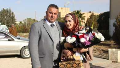 صورة الوالد محمد أحمد عويج والوالدة والعائلة يهنؤن ابنتهم المهندسة أروى