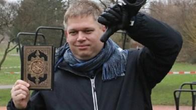 صورة زعيم دنماركي يحرق نسخا من القرآن الكريم أمام مصلين !